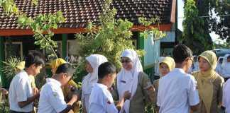 Bersalaman Dengan Guru