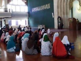 wanita haid duduk di masjid